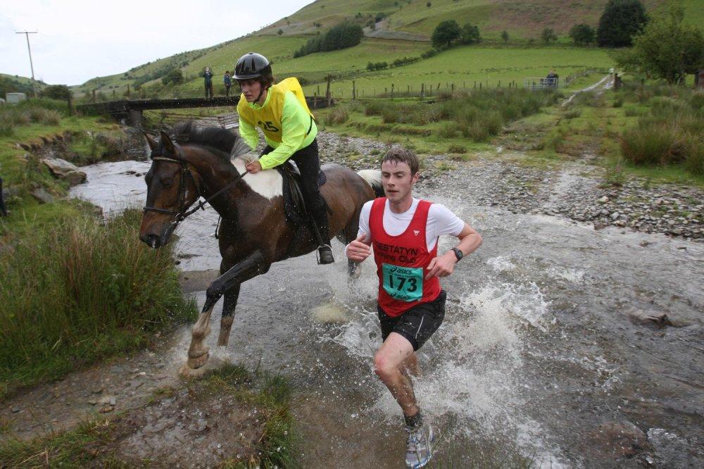carreras-populares-raras-hombre-contra-caballo-gales